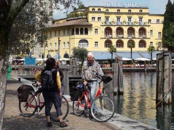 Der Hafen von Riva wird zum Radler-Treff