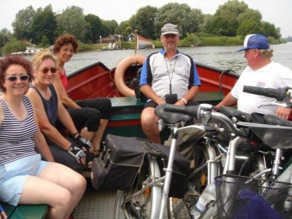 Manchmal hilft die Natur den Radlern: Über Kanäle geht es per Boot