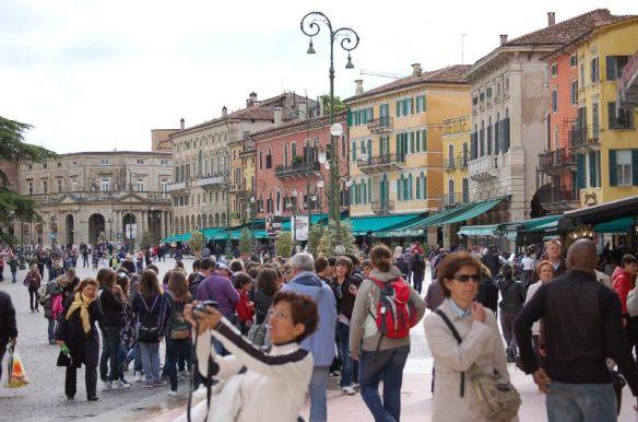 Touristen und Schulklassen prägen das Straßenbild Veronas