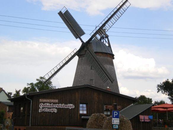 Die einzige noch produzierende Dreifach-Windmühle Europas.