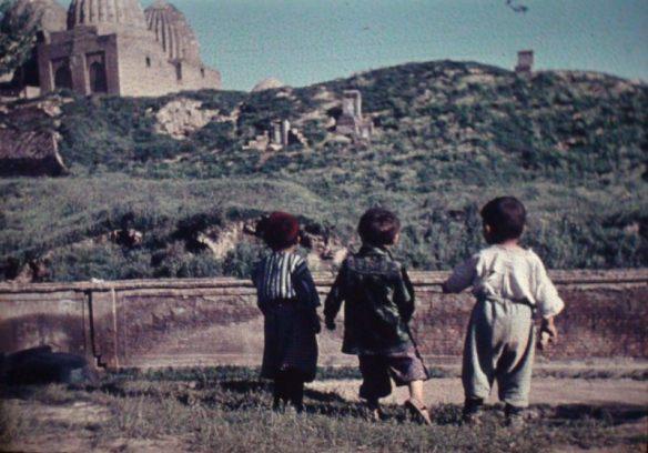 Spielende Jungs vor historischer Ruine