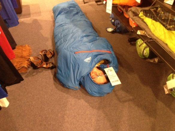 Die Abenteuerlustige testet den einzig vorhandenen Mumien-Schlafsack