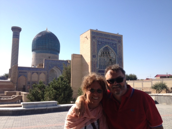 Touristen aus aller Welt nutzen das Gur-Emir-Mausoleum als Kulisse für ein Erinnerungsfoto