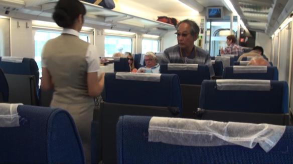Im Hochgeschwindigkeitszug Afrosyab sind selbst die Japaner vom Service überrascht