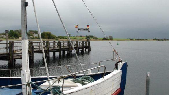 Vom Kirchdorfer Hafen aus fahren viermal täglich Schiffe der Adler-Linie zum Altren Hafen in Wismar