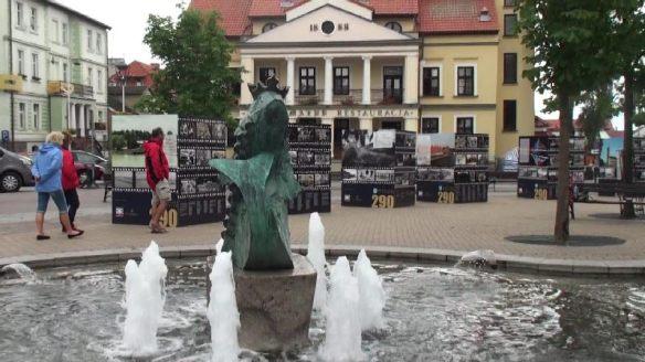 Der Marktplatz von Mikolajki. Auf den Schautafeln sind historische Fotos aus 290 Jahren Stadtgeschichte (das Stadtrecht wurde 1726 verliehen)